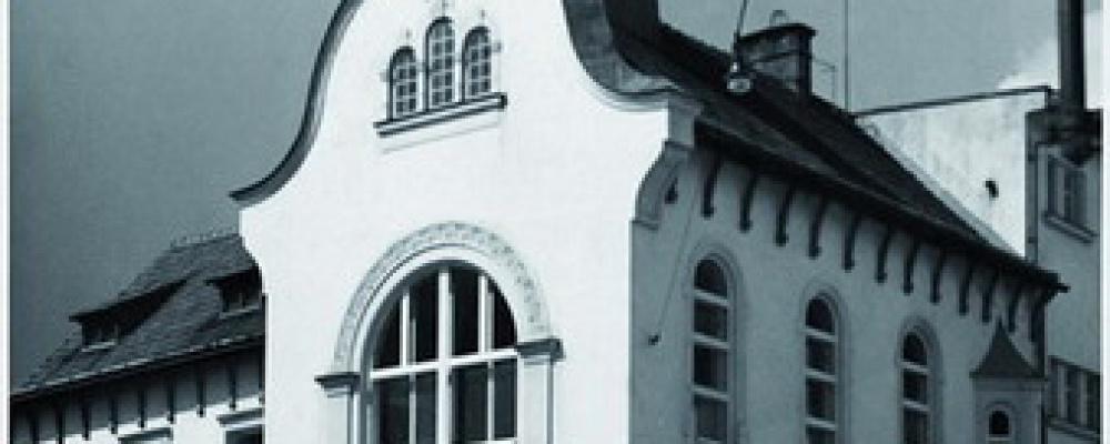 Kaple u nemocnice, rok 1955 - Kaple byla slavnostně vysvěcena a zároveň benediktována dne 29.července 1873 od nejdůslednějšího pana biskupa budějovického Jana Valerián Jirsíka ku cti nejsvětější Trojice Boží.