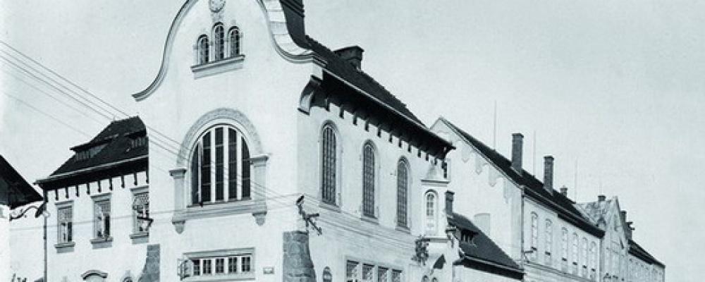 Všeobecná veřejná nemocnice, rok 1933 - Byla zvýšena část nemocnice o druhé poschodí a zároveň opravena fasáda celé budovy nákladem téměr 1 milion korun.