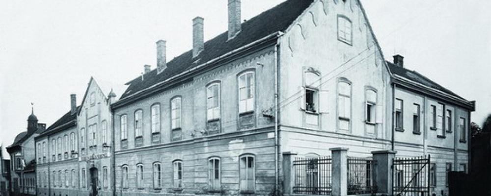 Rok 1908-1910 - Opraveny dvě koupelny, pořízena dvoje lázeňská kamna a sterilizátor vody, zakoupeno deset nových železných postelí, vlastní elektrické osvětlení budovy a rentgenový přístroj.
