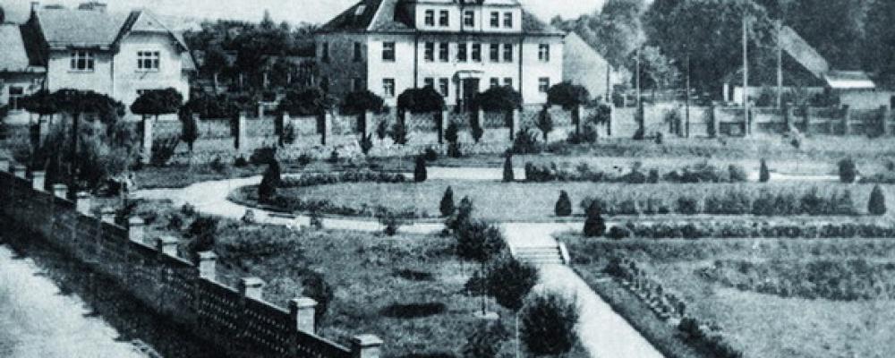 Park u nemocnice - V popředí dětská nemocnice - nyní zubní a obvodní středisko a rychlou záchranou službou. V roce 1920 byl zadán projekt na úpravu parku.