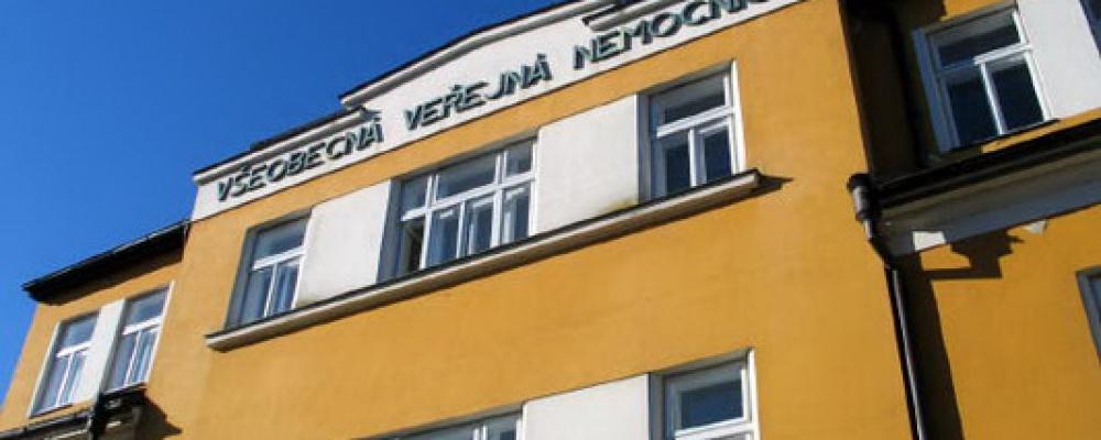 Geriatrické centrum Počátky - Dřívější provoz akutní nemocnice připomíná už jen nápis nad hlavním vchodem.