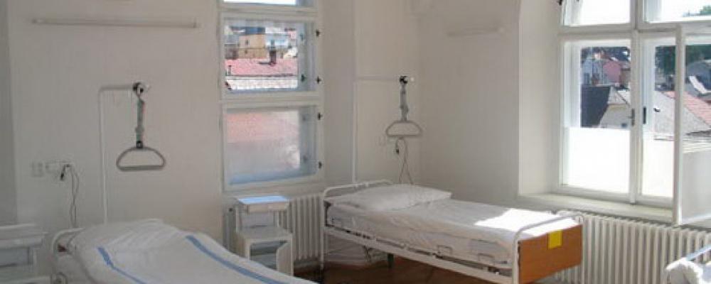 Zdravotní lůžka následné péče - Pokoj v části bývalé kaple a porodního sálu.